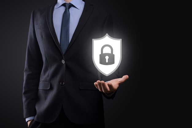Sieć bezpieczeństwa cybernetycznego. ikona kłódki i sieci technologii internetowych. biznesmen ochrony danych osobowych na tablecie i interfejsie wirtualnym. pojęcie prywatności ochrony danych. rodo. ue.