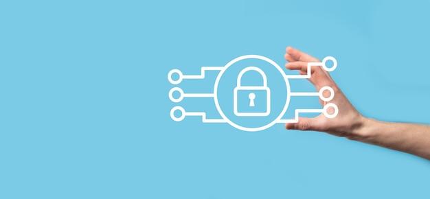 Sieć bezpieczeństwa cybernetycznego. ikona kłódki i sieci technologii internetowych. biznesmen ochrony danych osobowych na tablecie i interfejsie wirtualnym. pojęcie prywatności ochrony danych. rodo. ue