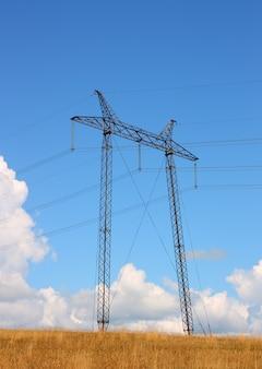Sieć elektryczna w pobliżu pola