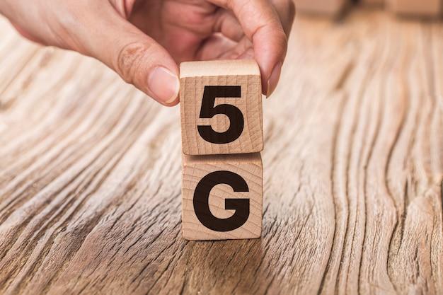Sieć połączeń 5g (5. generacji) przyszłościowa globalna. ręcznie odwróć drewnianą kostkę zmień liczbę 4g na 5g