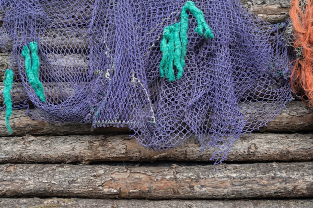 Sieć rybacka na starym drewnie, morska nautyczna tło tekstura
