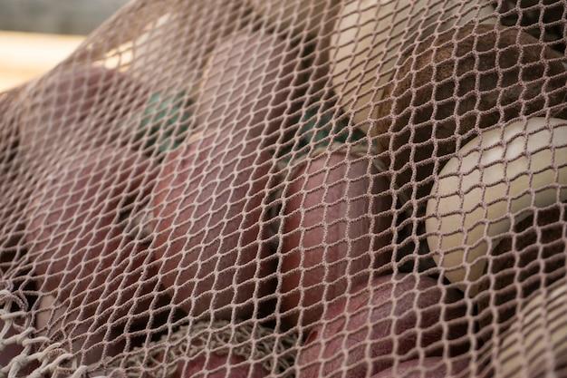Sieć rybacka z pływakami. rybołówstwo
