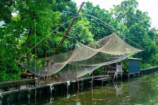 Sieci rybackie wiszące na małym kanale