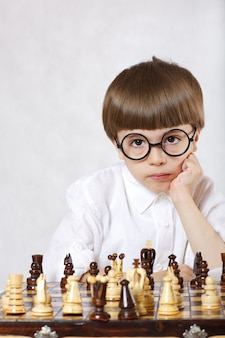 Siedmiolatek gra w szachy. szare tło