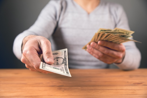 Siedzący mężczyzna daje pieniądze