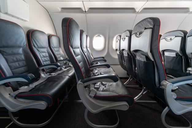 Siedzenia i okna samolotów. wygodne siedzenia w klasie ekonomicznej bez pasażerów. nowa tania linia lotnicza przewoźnika