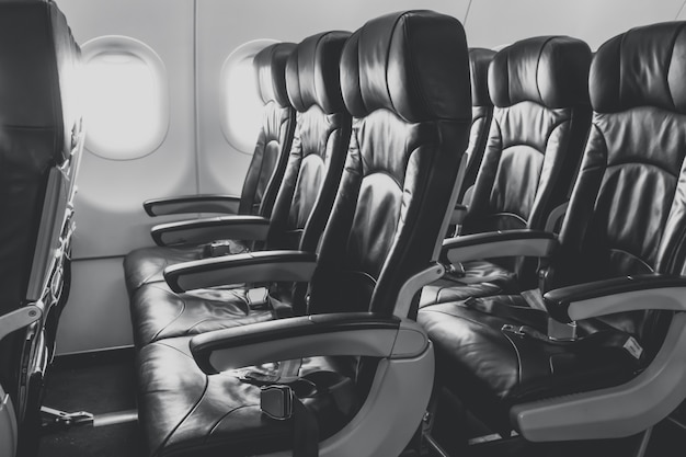 Siedzenia samolotu w kabinie.