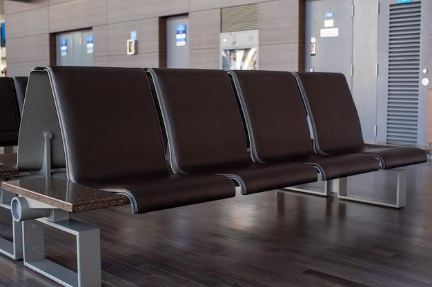 Siedzenie we wnętrzu lotniska w azji, pusty terminal lotniska z poczekalni z krzesłami.