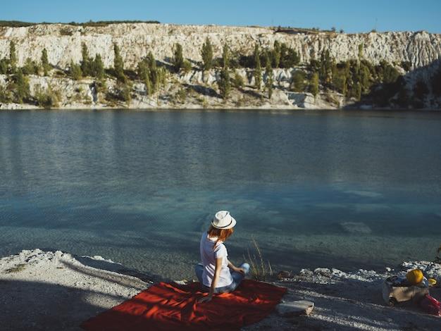 Siedzi na brzegu rzeki wakacje natura krajobraz podróży. zdjęcie wysokiej jakości