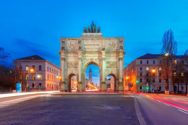 Siegestor, victory gate at night, monachium, niemcy