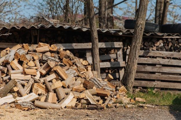 Siekane drewno opałowe z różnych gatunków drzew.