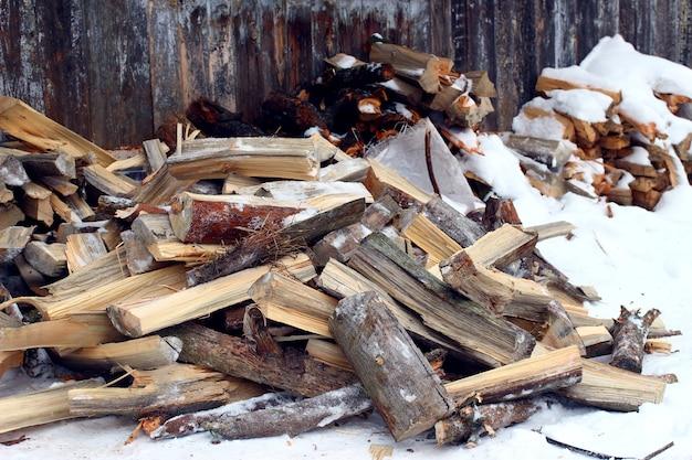 Siekiera i drewno opałowe zimą