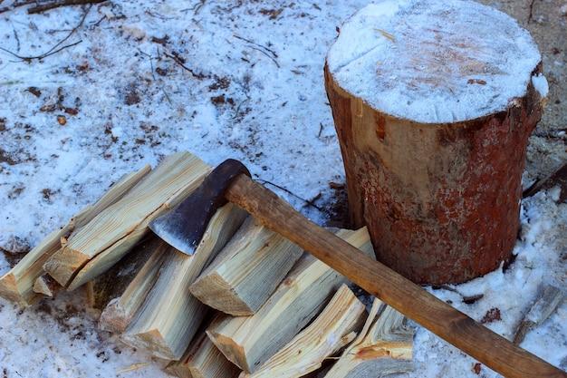 Siekiera i drewno zimą