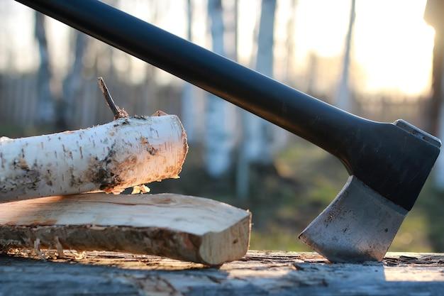Siekiera w drewnie na zewnątrz