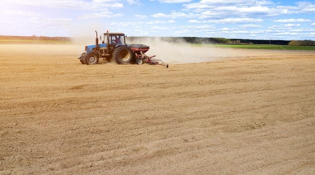Siew rolnika, siew roślin na polu. siew to proces sadzenia nasion w ziemi w ramach działań rolniczych wczesną wiosną.