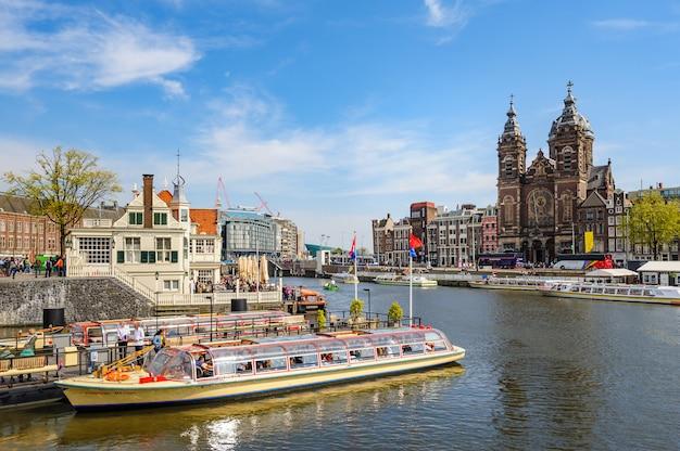 Sightseeng w canal boats w pobliżu dworca centralnego w amsterdamie