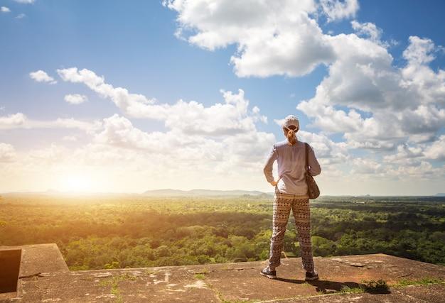 Sigiriya sri lanka królestwo, słynne malownicze miejsce turystyczne. kamienna góra. atrakcje pod ochroną unesco