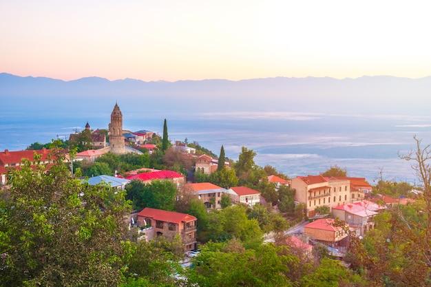 Signagi lub sighnaghi miasto w regionie kachetia w gruzji, wschód słońca w sighnaghi.