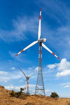 Sihouettes turbiny generatora wiatrowego
