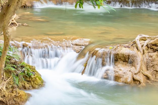 Siklawa płynie od gór przy huay mae khamin siklawy parkiem narodowym, kanchana buri.