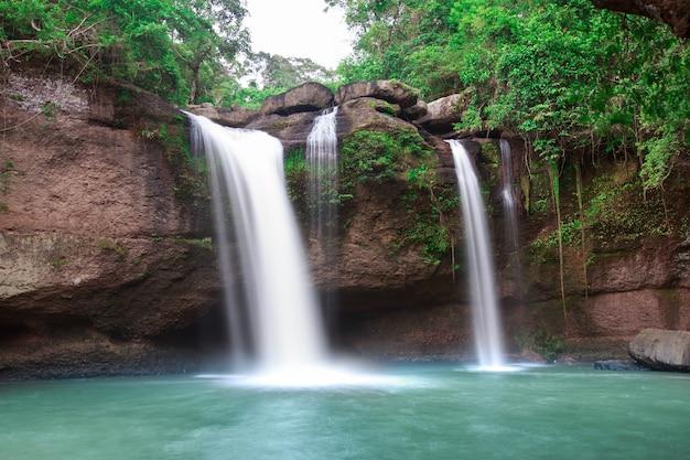 Siklawa w tajlandia parku narodowym