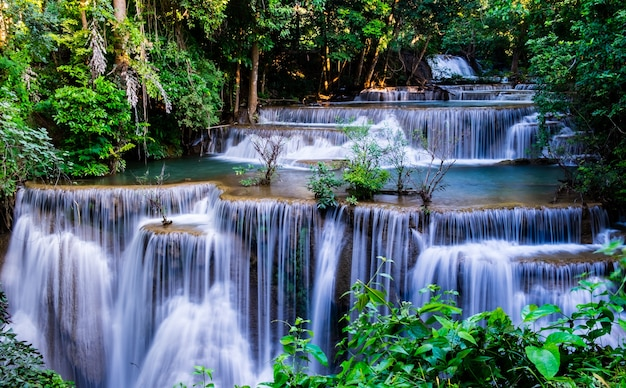 Siklawa w tropikalnym lesie przy huay mae khamin park narodowy, tajlandia