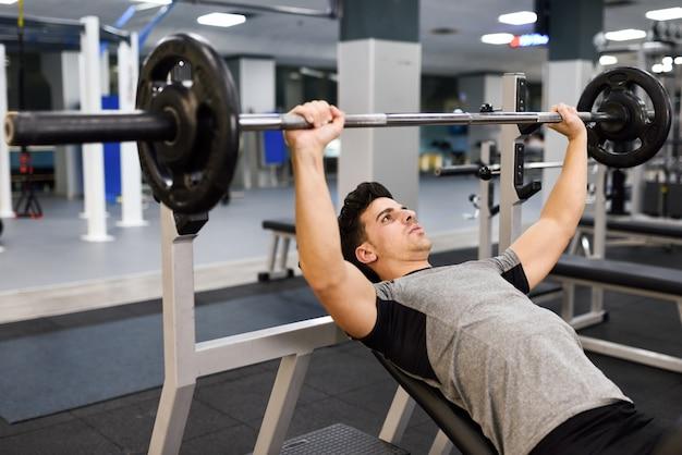 Siła podnoszenia facet fitness człowiek