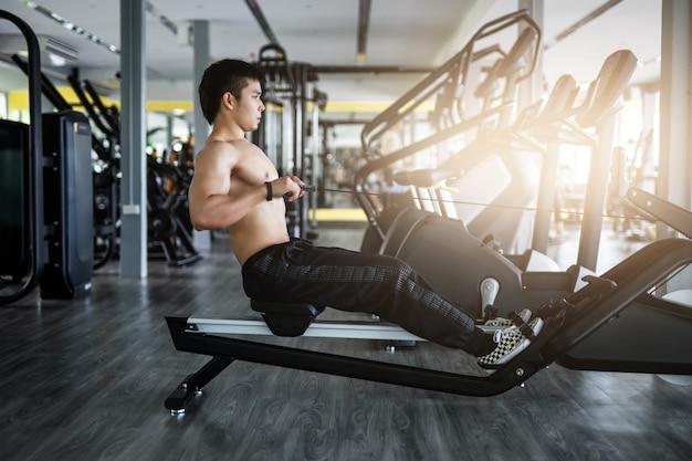 Siłacz ćwiczenia w siłowni fitness.
