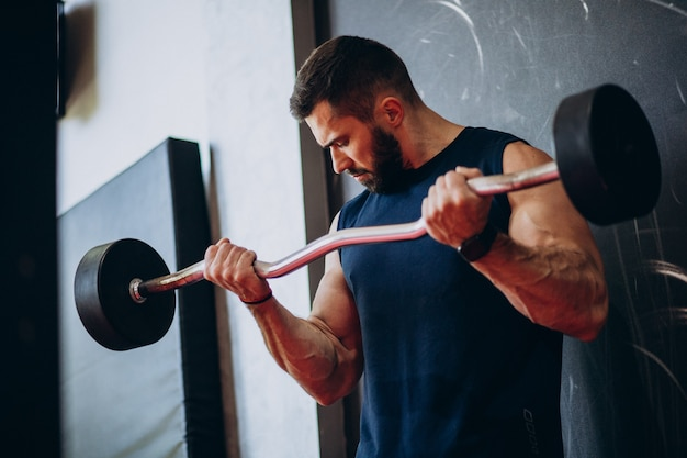 Siłacz, trening na siłowni