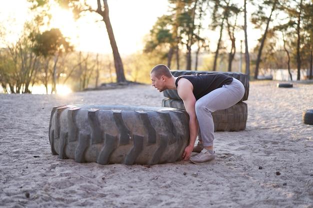 Siłacz treningowy siłacza podnoszenia dużych opon na zewnątrz siłowni diy.