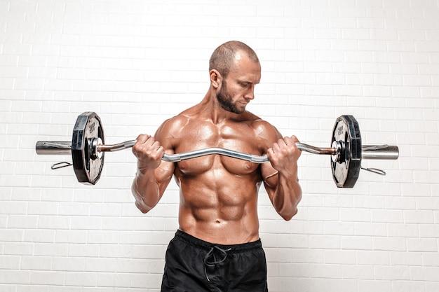 Siłacz z paską wagi