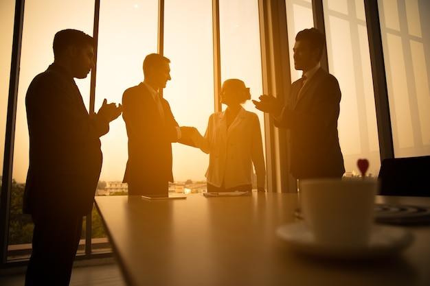 Silhouettepomyślna transakcja biznesowa zostaje zawarta po wspólnym spotkaniu firmowym w celu ustalenia zysku firmy