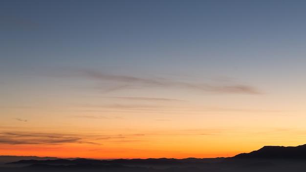 Silhoutte góry nad chmurami, tło nieba, tapeta