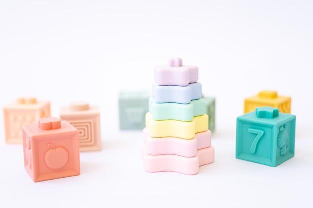 Silikonowa piramida i kostki o różnych pięknych kolorach na białym tle, izoluj