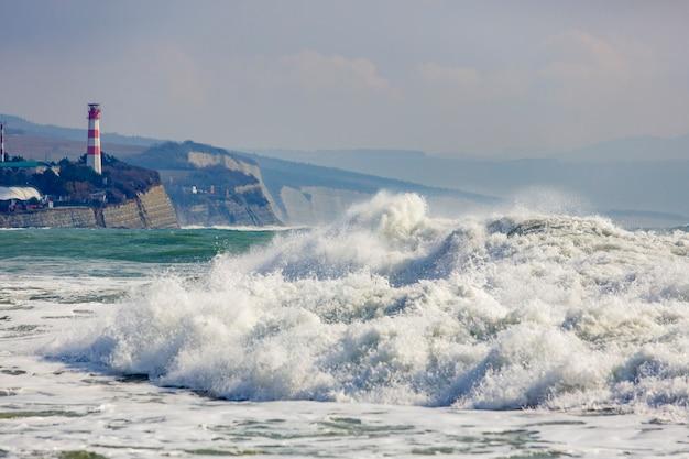 Silna i niebezpieczna burza na morzu czarnym. piękna i duża fala sztormowa w zatoce gelendzhik w tle