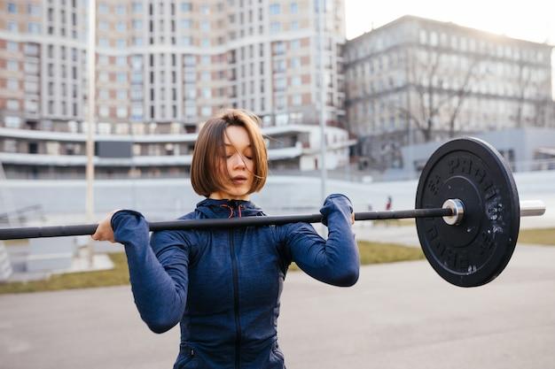 Silna kobieta ćwiczy ze sztangą