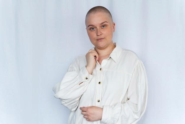 Silna kobieta walcząca z rakiem piersi