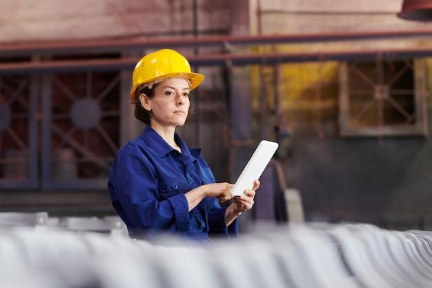 Silna kobieta zarządzająca produkcją