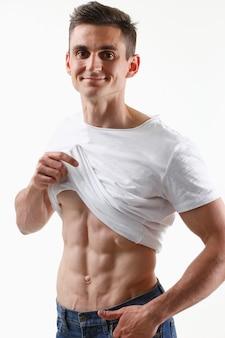 Silna męska prasa dzięki diecie i ciągłemu treningowi