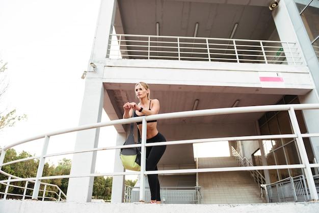 Silna młoda kobieta sportowy stojący na zewnątrz