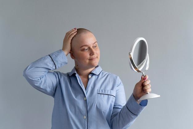 Silna młoda kobieta walcząca z rakiem piersi