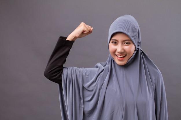 Silna, zwyciężająca, odnosząca sukcesy muzułmanka z hidżabem lub chustą na głowie