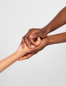 Silne kobiety trzymające się za ręce okazujące sobie wsparcie