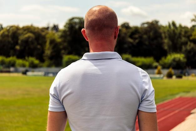 Silni łysi mężczyźni przebywający na boisku piłkarskim