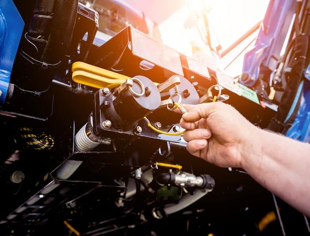 Silnik kombajnu. łańcuchy zębate i nowe nowoczesne mechanizmy.