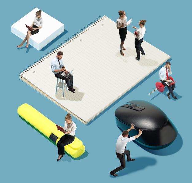 Silnik postępu. wysoki kąt widzenia kreatywnego nowoczesnego biura na niebieskim tle - duże rzeczy i mało pracowników. praca biurowa, codzienne zadania, typowe problemy i koncepcja stylu życia. kolaż.