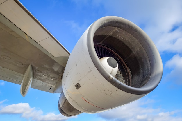Silnik samolotu i skrzydło