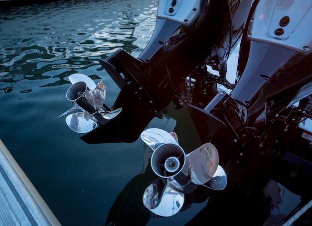Silnik. silnik łodzi motorowej ze szczegółami śmigła