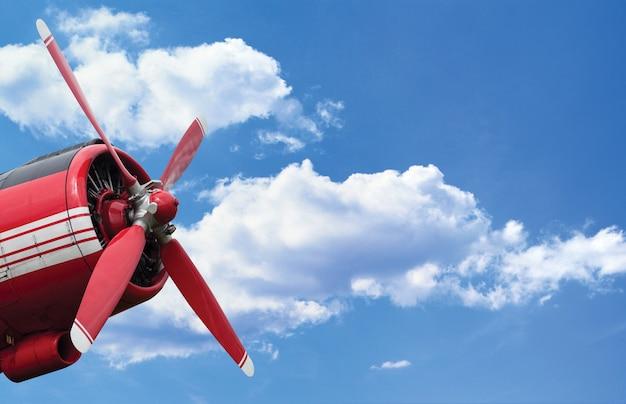 Silnik śmigłowy samolotu na błękitnym niebie