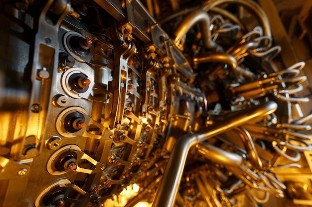 Silnik turbiny gazowej sprężarki gazu zasilającego znajdujący się w obudowie ciśnieniowej. silnik turbiny gazowej wykorzystywany w platformie centralnego przetwarzania ropy naftowej i gazu.
